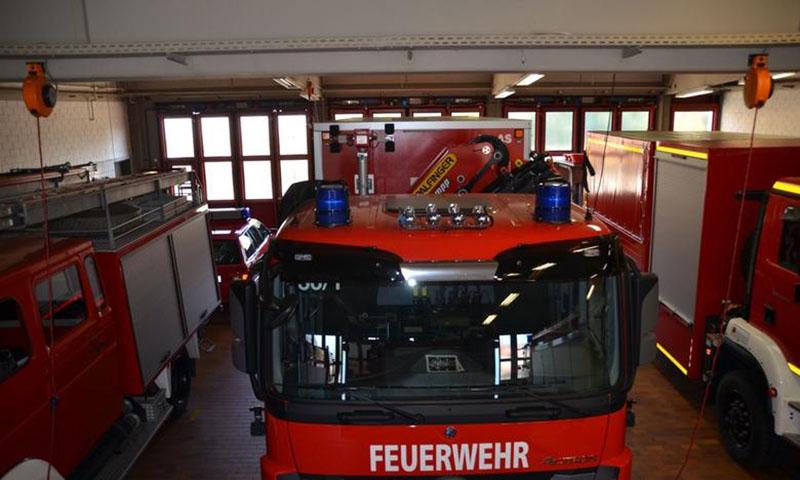 Heute sind Einsatzfahrzeuge höher als im Baujahr der Halle im Jahr 1984. Gerade noch so passen sie durch die Tore der Garage.